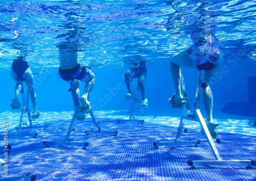 turysta-robi-aqua-aerobik-na-rowerach-treningowych-w-tropikalnym-hotelu-basen