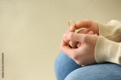 Photo Woman holding ring, closeup. Concept of divorce