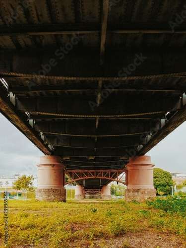 Fotografie, Obraz  Debaixo de uma ponte.