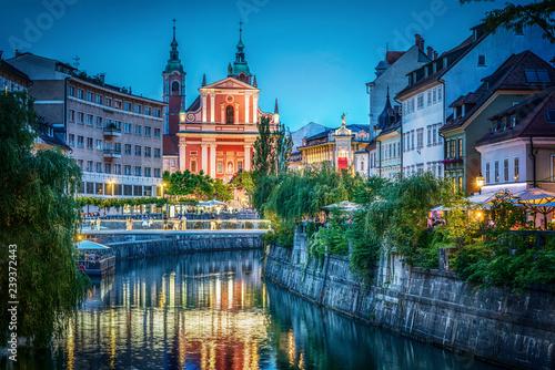 Photo sur Toile Europe Centrale Evening view of the bridge and Ljubljanica river in the city center. Ljubljana, capital of Slovenia.