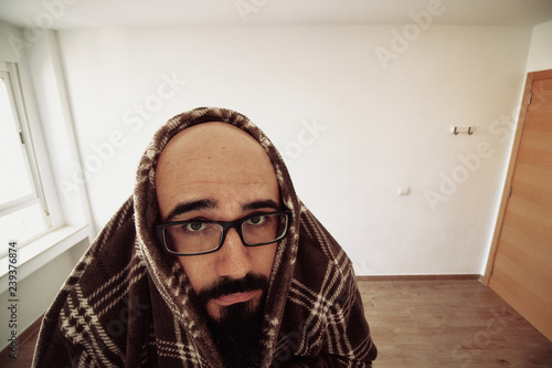 Photo Paranoid man with agoraphobia scared at home
