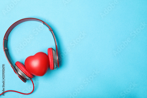 Fotografía  Flat lay composition with heart, headphones and space for text on color backgrou