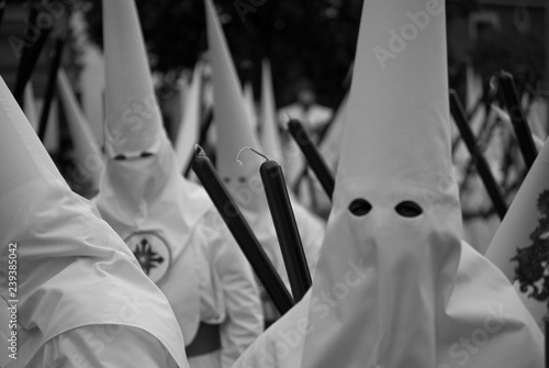 Fotografia a huge procession of hooded dressed in white