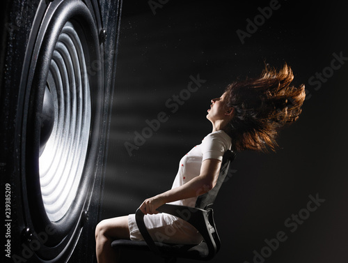 Photo The sound wave set back an office chair with young woman.