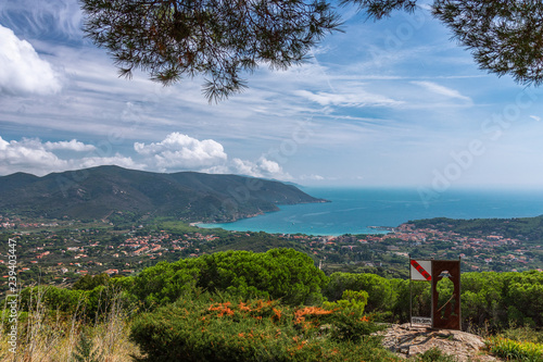 Fotografía  Panoramic view of one of the beaches of Elba island and a small town near the beach in the emerald sea lagoon