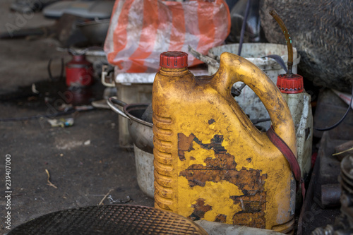 Fotografía  Dirty Yellow Diesel Bottle/ Old Lubricant Oil Can  - Messy Tools - no Label