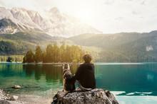 Mensch Umarmt Hund Auf Einem Felsen Mit Blick Auf Einen Wunderschönen See Mit Bergen Und Bäumen