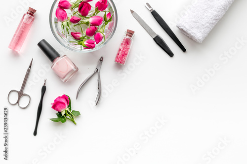 Fotografía tools for manicure with spa salt and rose on white background top view mock up