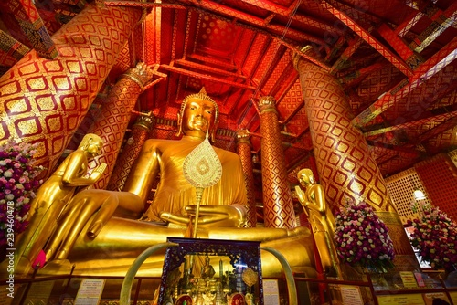 Foto  Giant Golden Buddha at Wat Phanan Choeng in Ayutthaya Province