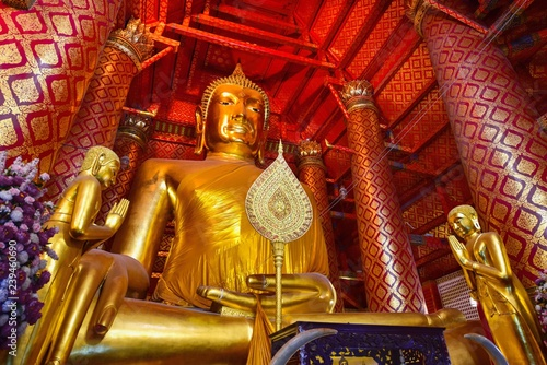 Foto  Giant Golden Sitting Buddha at Wat Phanan Choeng in Ayutthaya Province