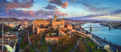 Fotografiet Budapest, Hungary - Golden sunrise at Buda Castle Royal Palace with Szechenyi Ch