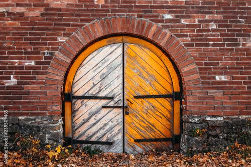 Photo Ancient gates of military barracks