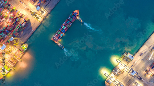 kontenerowiec-w-eksporcie-i-imporcie-logistyka-biznesowa-i-transport-transport-ladunkow-i-kontenerow-do-portu-dzwigiem-transport-wodny-miedzynarodowy-widok-z-lotu-ptaka-i-widok-z-gory