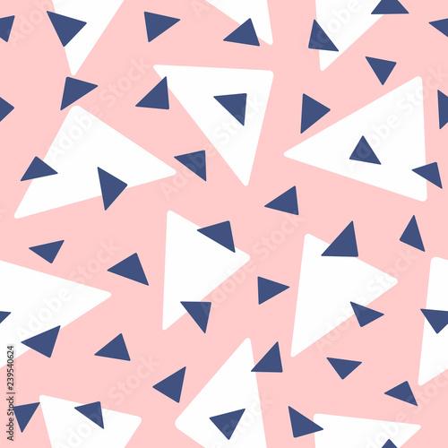 wzor-z-losowo-powtarzajacymi-sie-trojkatami-rozowy-bialy-niebieski