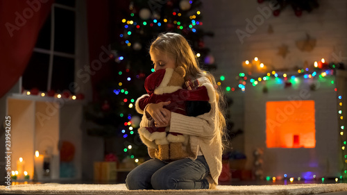 Fotografía Upset girl embracing teddy bear, abandoned child in orphanage at Christmas