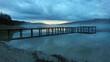 Steg am See am Abend und Nebel