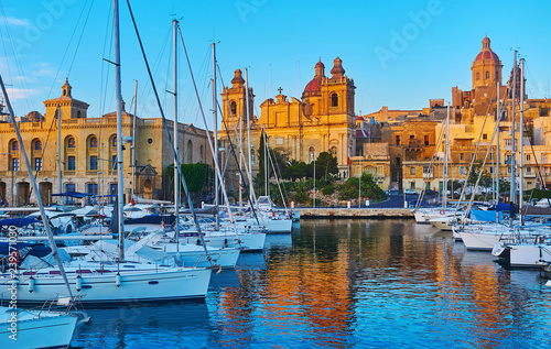 Tuinposter Schip Birgu in sunset lights, Malta