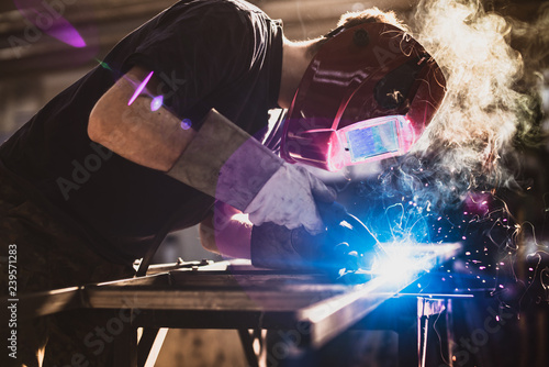 Valokuva Worker is welding using mig mag welder constructions in the factory