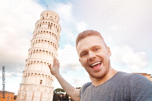 Fotografia Travel tourists Man making selfie tower of Pisa, Italy.