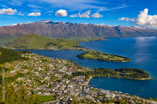 Staande foto Oceanië New Zealand. South Island, Otago region. Queenstown and Lake Wakatipu, the Remarkables mountain range behind