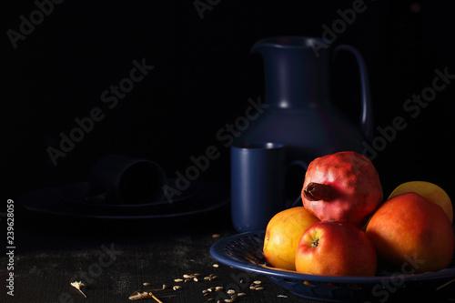 Fotografía  посуда яркого цвета стоит на чёрном фоне