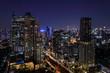 Tráfico y luces en una fotografia de Bangkok nocturna