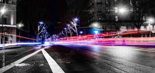 Fototapeta trais de lumières de voiture la nuit à Paris obraz na płótnie