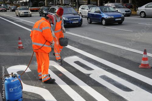 Anbringung neuer Fahrbahnmarkierung