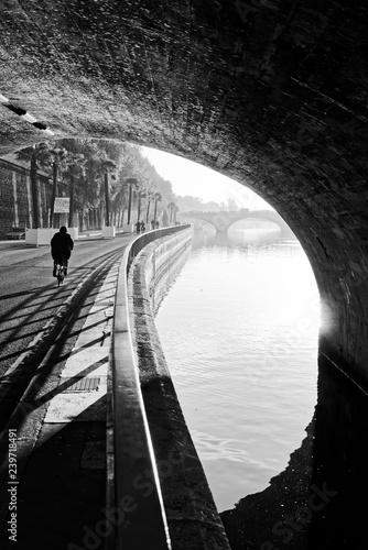 Carta da parati Cyclist and seine river quay in Paris