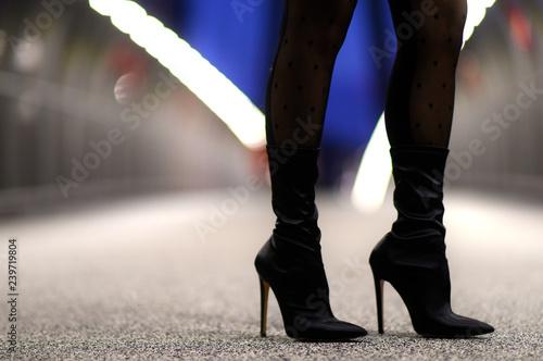 Obraz stivale nero femminile da donna con tacco alto - fototapety do salonu