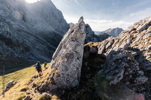 Wanderer im Karwendelgebirge, Abstieg vom Torkopf, links die Vogelkarspitze, Hinterriß, Tirol, Österreich Canvas Print