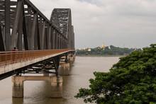 Puente De Hierro Cruzando Un Río. Mandalay, Myanmar