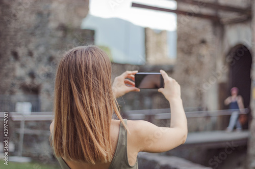 Foto  Young woman is taking a picture of a castle