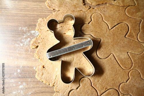 Fototapeta Pieczenie pierników - forma wbita w rozwałkowane ciasto piernikowe -Boże Narodzenie obraz