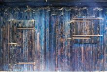 Blaue Holz Bretterwand Enes Schuppens Mit Verschlossenem Fenster Und Verriegelter Tür  Mit Rustikaler Holzmaserung Und Vielen Spinnennetzen