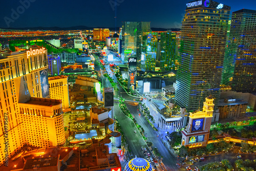 Tuinposter Las Vegas Main street of Las Vegas-is the Strip in evening time.
