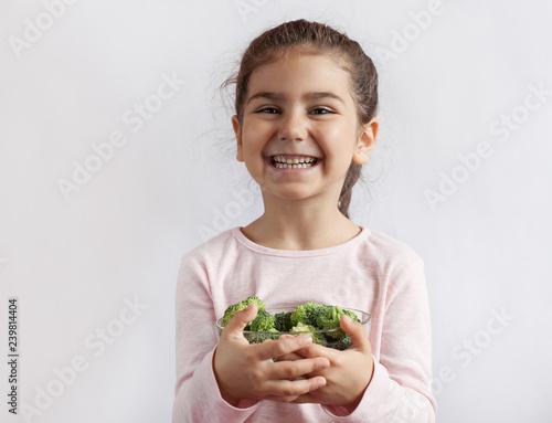 Valokuvatapetti Happy smiling child girl eating vegetables