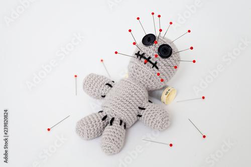 Fotografia, Obraz  bambola con aghi infilati sul corpo