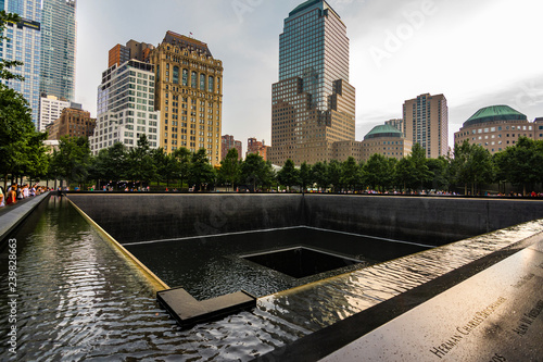Fényképezés  9/11 memorial and fountains plaza wit One World Trade Center tower above
