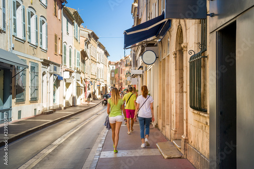 Valokuvatapetti Tourists walking on the streets of Saint-Tropez old town