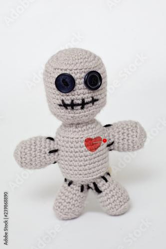 Photo bambolina colpita al cuore con uno spillo