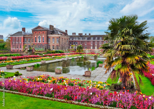 Fotomural  Kensington palace and gardens in spring, London, UK