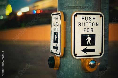 Papel de parede Push Button For Crossing Street