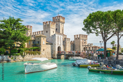 Carta da parati Rocca Scaligera castle on the island of Sirmione, lake Garda, Italy
