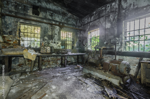 Canvas Prints Old abandoned buildings fenster mit gitter in einer fabrik