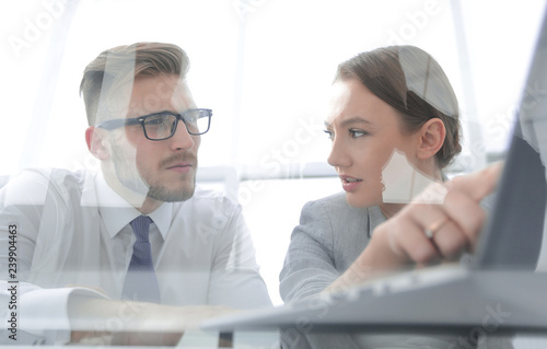 Photo business couple discussing data on a laptop screen