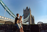 Fototapeta Londyn - couple enjoy sunset next tower bridge