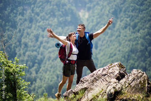 Photo  Portrait of young tourist couple in nature