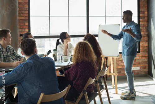 African-american leader lecturing his employees in office Fototapet