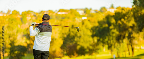 Photo  Man teeing off on a golf course